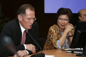 Bernd Rürup and Indonesia's Mari Elka Pangestu consulting on reforms of Indonesia's social protection system.