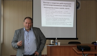 Professor Kestutis Rimaitis, the head of the anesthesiology clinic at the Lithuanian University of Health Sciences in Kaunas, leading a training in Bishkek